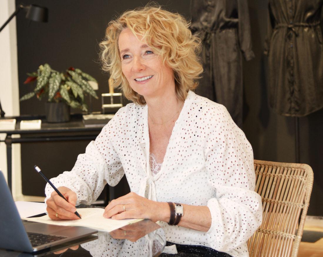 Caroline Mewe is de grondlegger van Alchemist, een kledingmerk dat zich focust op duurzaamheid en ethische productie, waar kwaliteit boven kwantiteit staat.